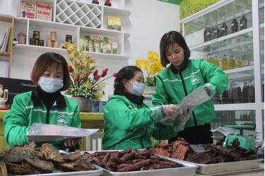 Sản phẩm cá sấy của HTX Sản xuất chế biến nông sản Tây Bắc Hiền Vinh được người tiêu dùng đón nhận.