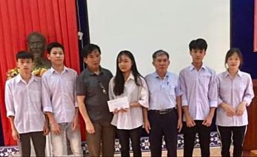 Hội Khuyến học thành phố Yên Bái tặng quà học sinh Trường Phổ thông Dân tộc nội trú THPT tỉnh vượt khó vươn lên trong học tập.
