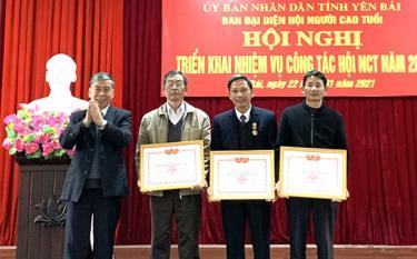 Thừa ủy quyền của Trung ương Hội NCT Việt Nam, Hội NCT tỉnh trao Bằng khen cho 3 đơn vị là cụm trưởng cụm thi đua ở các huyện.