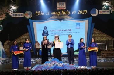 """Cô giáo Cứ Thị Pàng Dinh (giữa) được tuyên dương trong chương trình """"Chia sẻ cùng thầy cô""""."""