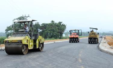 Tuyến đường dẫn vào cầu Cổ Phúc được thi công đảm bảo tiến độ khánh thành công trình đúng ngày 1/1/2021.