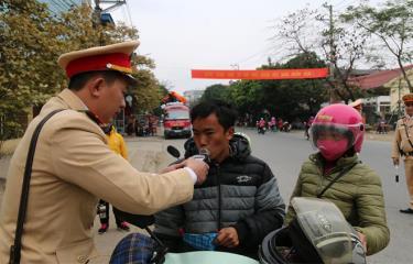 Lực lượng cảnh sát giao thông kiểm tra nồng độ cồn người điều khiển phương tiện.