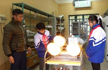 Hai em Hoàng Thị Yến Nhi và Hoàng Quốc Thái kiểm tra mô hình.