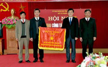 Thừa ủy quyền của Bộ Tư Pháp, đồng chí Nguyễn Chiến Thắng - Phó Chủ tịch UBND tỉnh tặng Cờ thi đua cho Sở Tư pháp.