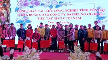 Công đoàn Các khu công nghiệp tỉnh phối hợp với Công đoàn cơ sở Công ty TNHH Daeseung Global Yên Bình trao quà cho đoàn viên, người lao động trong buổi tiệc tất niên cuối năm 2020.