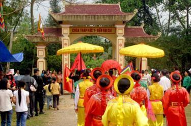 Lễ hội đền Đại Cại hàng năm tại quần thể di tích - khảo cổ học Hắc Y, xã Tân Lĩnh, huyện Lục Yên