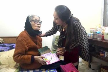 Bà Lù Huyền Tỉnh trao quà cho cụ bà Hoàng Thị Hiến, 96 tuổi là vợ liệt sĩ ở tổ 1, phường Yên Thịnh (thành phố Yên Bái).