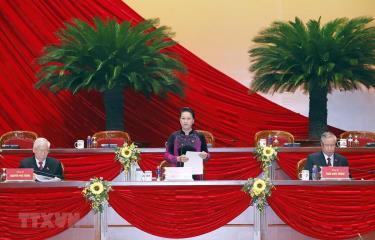 Ủy viên Bộ Chính trị, Chủ tịch Quốc hội Nguyễn Thị Kim Ngân giới thiệu danh sách Đoàn Chủ tịch, Đoàn Thư ký, Ban Thẩm tra tư cách đại biểu để đề nghị Đại hội thông qua. (Ảnh: TTXVN)