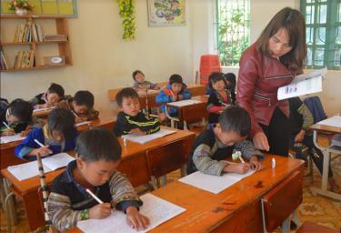 Ăn tết chung, việc học tập của con em đồng bào Mông không còn bị làm gián đoạn như trước đây.