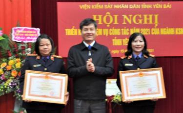 Thừa ủy quyền, đồng chí Ngô Hạnh Phúc - Phó Chủ tịch UBND tỉnh trao bằng khen của Thủ tướng Chính phủ cho các đơn vị, cá nhân có thành tích xuất sắc.