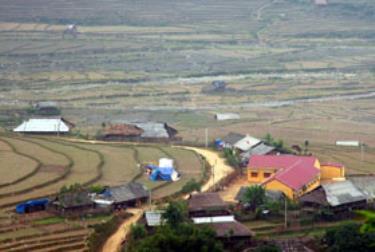 50%số thôn bản của huyện đã có đường ô tô đến trung tâm. (Thanh Tân)