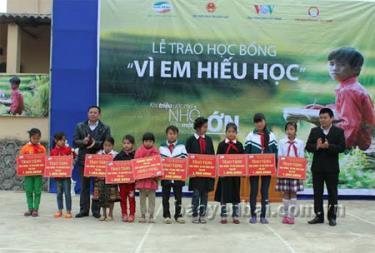 Đại diện lãnh đạo Chi nhánh Viettel Yên Bái và Hội Khuyến học tỉnh trao học bổng cho các em học sinh xã Mỏ Vàng, huyện Văn Yên.