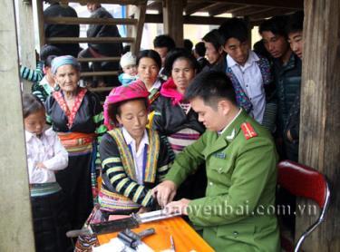 Lực lượng thanh niên tình nguyện Công an tỉnh cấp phát chứng minh nhân dân cho người dân xã Bản Mù, huyện Trạm Tấu.