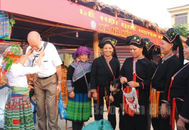 Các sản phẩm thủ công mỹ nghệ thu hút sự quan tâm của du khách quốc tế tại Lễ hội Quế Văn Yên.
