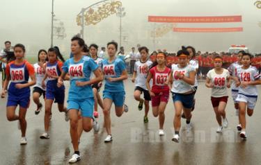 Các vận động viên nữ chính xuất phát trên đường đua mùa giải năm 2016.