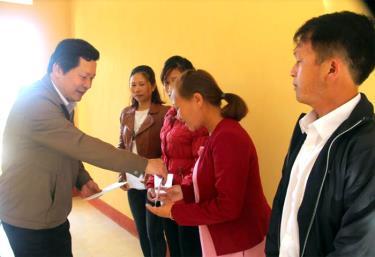 Lãnh đạo Sở GD&ĐT, tặng quà cho các giáo viên vùng cao có thành tích trong giảng dạy.