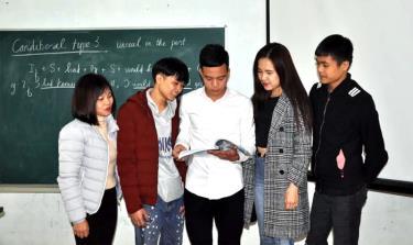 Nguyễn Chiến Trinh (giữa) trao đổi với các bạn sinh viên trong giờ học.