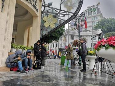 Các phóng viên chờ đón Chủ tịch Triều Tiên Kim Jong-un tại khu vực Quảng trường Cách mạng tháng 8.