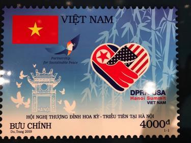 """Bộ tem """"Chào mừng Hội nghị thượng đỉnh Hoa Kỳ - Triều Tiên"""" do họa sỹ Nguyễn Du và Tô Minh Trang của Tổng công ty Bưu điện Việt Nam thiết kế."""