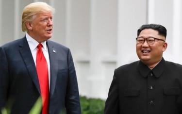 Tổng thống Mỹ Donald Trump (trái) và Lãnh đạo Triều Tiên Kim Jong-un trong lần gặp Thượng đỉnh thứ nhất ở Singapore năm 2018.