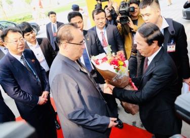 Phái đoàn Triều Tiên thăm, làm việc tại TP. Hải Phòng, Bí thư Thành ủy Lê Văn Thành tặng hoa đoàn (ảnh CTTĐT Hải Phòng)