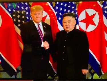 Tổng thống Donald Trump và Chủ tịch Triều Tiên Kim Jong Un bắt tay nhau tại cuộc gặp.
