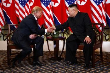 Tổng thống Mỹ Donald Trump và Chủ tịch Triều Tiên Kim Jong-un gặp nhau tối 27/2 tại Hà Nội.