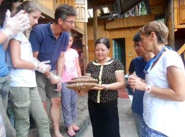 Du khách quốc tế thích thú được trải nghiệm tại các cơ sở lưu trú ở thị xã Nghĩa Lộ.