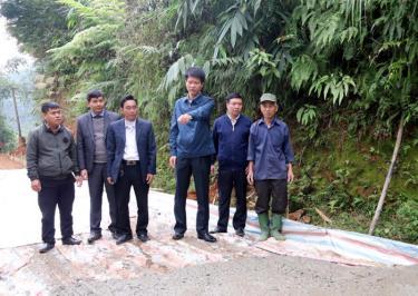 Đồng chí Nguyễn Thế Phước - Bí thư Huyện ủy kiểm tra phong trào xây dựng giao thông nông thôn tại xã Lương Thịnh.