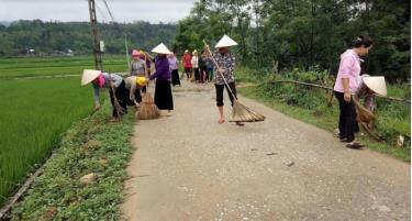 Hàng tuần, phụ nữ xã Nghĩa Phúc tham gia vệ sinh đường làng, ngõ xóm tạo cảnh quan sạch đẹp.