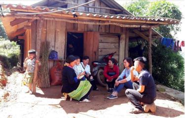 Hội phụ nữ huyện Mù Cang Chải thường xuyên thăm hỏi, động viên, giúp đỡ các hội viên nghèo phát triển kinh tế gia đình. (Ảnh: Minh Huyền)