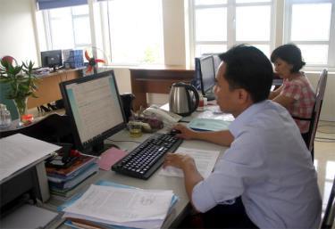 Việc triển khai ứng dụng CNTT phục vụ công tác CCHC được triển khai đồng bộ. (Ảnh: Công chức Sở Tư pháp sử dụng phần mềm tác nghiệp phục vụ công việc chuyên môn).