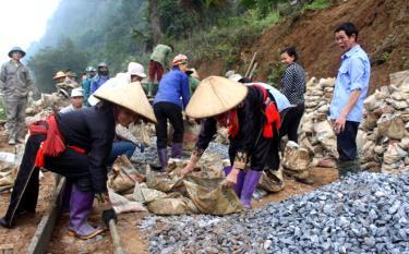 Nhân dân xã vùng cao Khai Trung làm đường giao thông nông thôn.