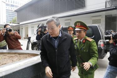 Ông Nguyễn Bắc Son bước vào phòng tuyên án sáng ngày 28-12.