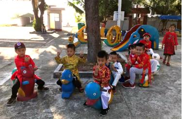 Giờ ra chơi trong buổi học cuối năm của các em học sinh Trường Tiểu học xã Song Tử Tây.