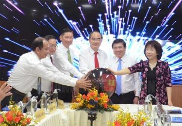 Bí thư Thành ủy TP.HCM Nguyễn Thiện Nhân, Chủ tịch UBND TP.HCM Nguyễn Thành Phong cùng các đại biểu thực hiện nghi thức bấm nút vận hành mô hình thí điểm Trung tâm điều hành y tế thông minh.