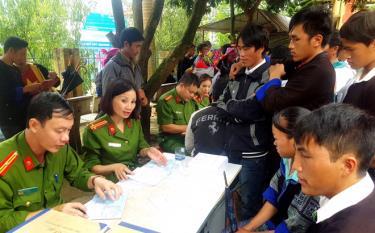 Tranh thủ ngày nghỉ lễ, lực lượng quản lý hành chính Công an tỉnh đến vùng cao Trạm Tấu cấp đổi chứng minh nhân dân cho đồng bào dân tộc Mông.
