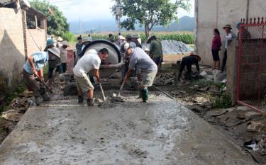 Nhân dân xã Thanh Lương bê tông đường giao thông nông thôn.