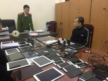 Cơ quan Cảnh sát điều tra Công an quận Cầu Giấy đấu tranh khai thác một trong những đối tượng cầm đầu đường dây đánh bạc qua mạng internet.
