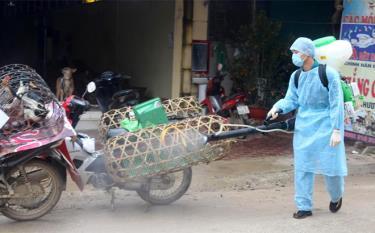 Các địa phương trong huyện Lục Yên phun hóa chất phòng chống dịch cúm gia cầm.