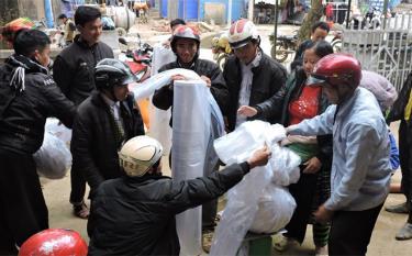 Người dân huyện Trạm Tấu nhận hỗ trợ nilon chống rét cho mạ.