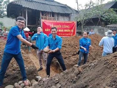 Bí thư Đoàn phường Cầu Thia Hoàng Văn Hòa (thứ 3, trái sang) trong lễ khởi công xây nhà nhân ái.