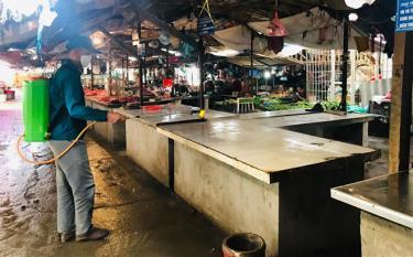 Cán bộ Trung tâm Dịch vụ hỗ trợ và phát triển nông nghiệp huyện Trấn Yên phun tiêu độc khử trùng tại chợ Trung tâm thị trấn Cổ phúc.