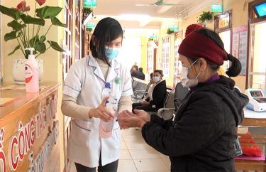 Người dân được sát khuẩn và tuyên truyền phòng dịch Covid- 19  khi đến khám tại Bệnh viện Đa khoa khu vực Nghĩa Lộ. (Ảhh: Văn Tuấn)