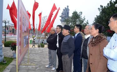 Người dân tham quan công trình tôn tạo, nâng cấp Di tích lịch sử khu mộ Nguyễn Thái Học.