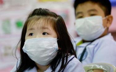 Trẻ em Trung Quốc đeo khẩu trang phòng dịch.