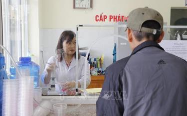 Nhân viên Cơ sở điều trị Methadone, Trung tâm Kiểm soát bệnh tật tỉnh Yên Bái phát thuốc cho người điều trị cai nghiện.