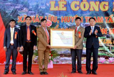 Đồng chí Nguyễn Văn Khánh - Phó Chủ tịch UBND tỉnh trao Bằng công nhận đạt chuẩn nông thôn mới năm 2019 cho xã Hát Lừu.