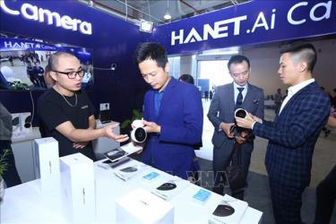 Khách tham quan triển lãm các sản phẩm công nghệ tại Techfest 2019 tại lễ bế mạc Ngày hội khởi nghiệp đổi mới sáng tạo quốc gia năm 2019.