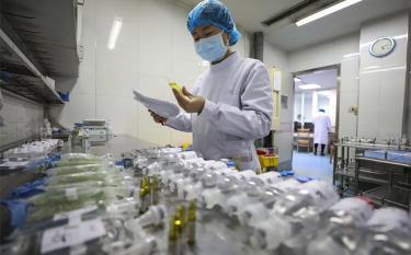 Y tá chuẩn bị thuốc cho bệnh nhân nhiễm Covid-19 tại bệnh viện Jinyintan, Vũ Hán.
